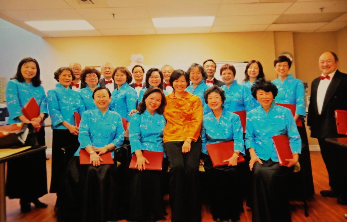 任志宏(前排,右1)和合唱團成員合照留念。(任志宏提供)