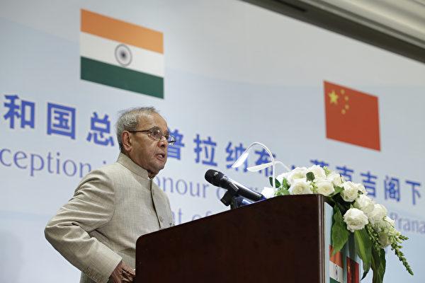 印度前總統普拉納布·慕克吉(Pranab Mukherjee)8月對COVID-19檢測呈陽性,在醫院住院數周後於8月31日去世,終年84歲。圖為2016年5月25日,慕克吉任印度總統時,在北京的招待會上講話。(Photo by Jason Lee-Pool/Getty Images)