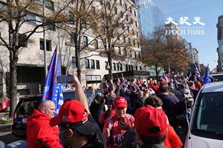 周六(14日)中午,特朗普總統車隊經過遊行民眾,支持者歡呼,拿出手機拍照。(亦平/大紀元)