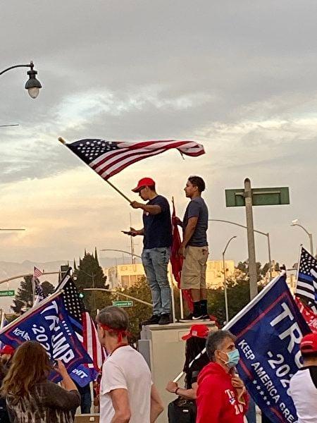 大選前的周末,加州選民在比華利山莊集會遊行。(顏荔提供)
