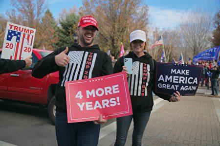 11月14日,眾多特朗普支持者在內華達州議會大廈前舉行集會,譴責2020年總統大選的涉嫌欺詐行為。(曹景哲/大紀元)