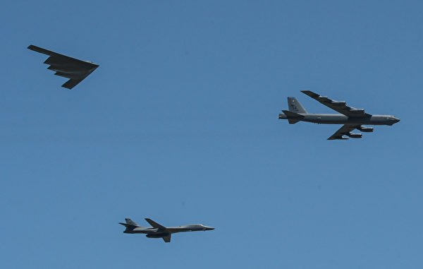2017年5月6日,B-1(下)、B-2(左)和B-52(右)轟炸機在巴克斯代爾空軍基地的航空展上。(美國海軍)