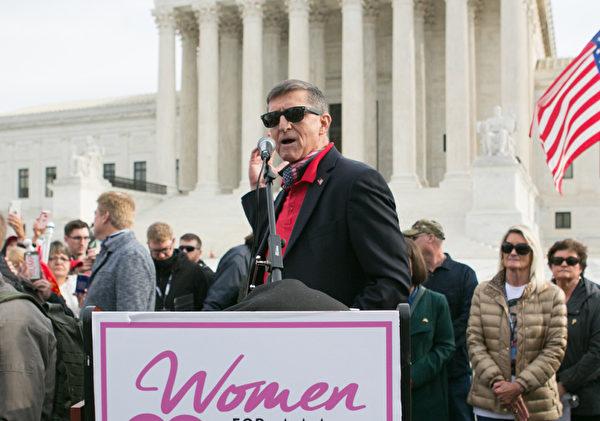 2020年12月12日上午,弗林(Michael Flynn)將軍在美國最高法院前發表演講。(李莎/大紀元)