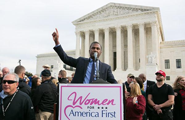 2020年12月12日上午,醫生Shiva Ayyadurai在美國最高法院前發表演講。(李莎/大紀元)