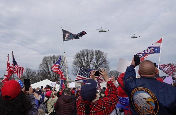 2020年12月12日,在國家廣場集會進行當中,特朗普總統乘坐的空軍一號直升機出現在國家廣場上空,現場民眾歡呼。(亦平/大紀元)