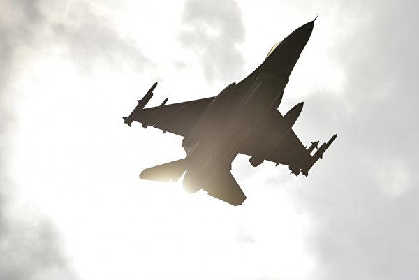 12月8日,美國印太司令部通過推特展示F-16 戰鬥機飛躍南韓崑山空軍基地。(美國印太司令部推特)