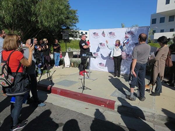 2020年12月5日,民眾前往面書(Facebook)在洛杉磯的辦公樓前舉行演講集會。民眾在宣讀國旗誓詞。(李梅/大紀元)