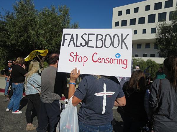 2020年12月5日,民眾前往面書(Facebook)在洛杉磯的辦公樓前舉行演講集會。民眾舉著「停止審查制度」的牌子,並且把面書按諧音寫為「假書」。(李梅/大紀元)