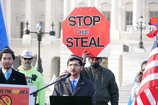 12月10日國際人權日,人權團體在美國國會前集會,呼籲國會儘快通過法案,將中共指定為跨國犯罪集團。圖為維吾爾人代表胡達亞爾(Salih Hudayar)在發言中。(李辰/大紀元)
