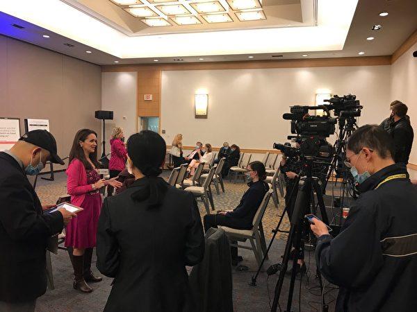 12月1日14:00,托馬斯‧莫爾協會(Thomas More Society)的「阿米斯塔德項目」在華盛頓DC舉行新聞發佈會。圖為媒體在等待。(大紀元)