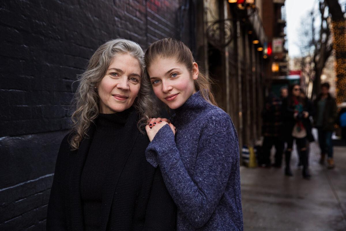在美國紐約街頭散步的珍妮和她的女兒莉莉。(米哈艾拉提供)
