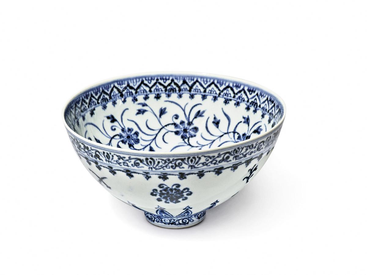 美國康乃狄格州一名男子以35美元購入的青花瓷碗,最終以大約72萬美元的天價在蘇富比拍賣會上賣出。(Handout/SOTHEBY'S/AFP)