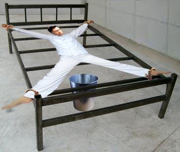 中共酷刑示意圖:「死人床」。(明慧網)