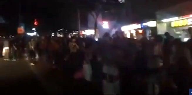 有網傳影片顯示,返鄉湖北的廣州大塘上衝巴士點,很多人排隊上車。(影片截圖)