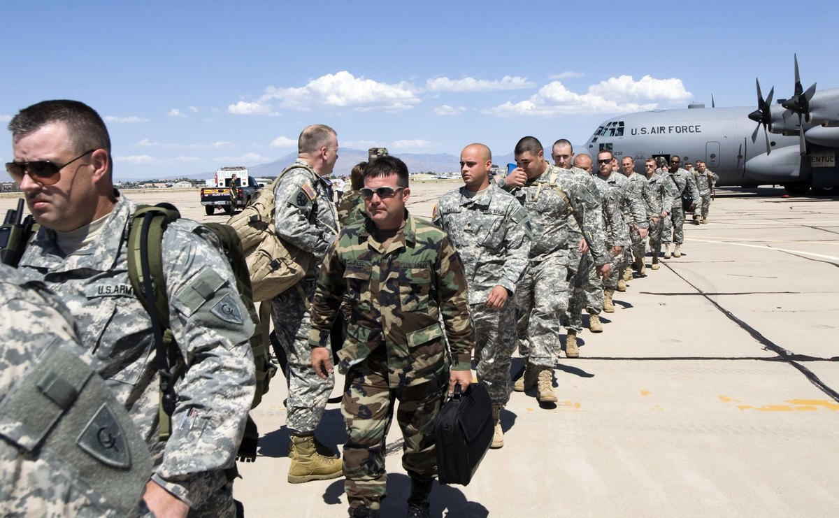 美東時間周三下午,特朗普總統周三在白宮南草坪告訴媒體記者,將再加派軍力到南部邊境,總人數將提高到最多1.5萬人。(Gary Williams/Getty Images)
