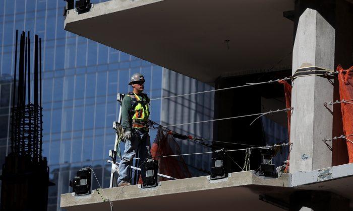圖說:2018年10月5日,一位建築工人站在三藩市一棟在建樓房的某一樓層(圖片來源:Justin Sullivan/Getty Images)