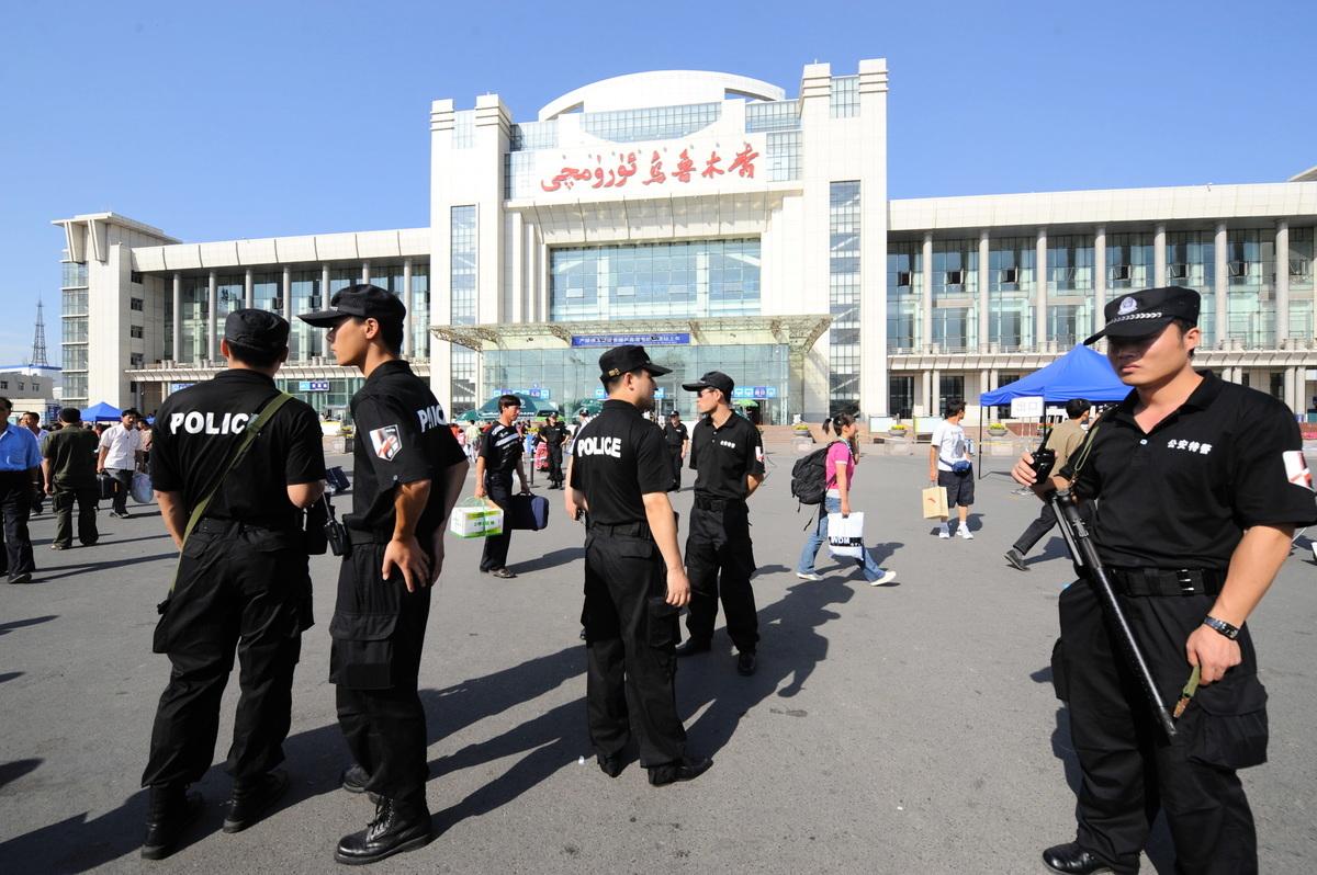 中共對新疆採取極端監控,新疆被指成為一個露天監獄。圖為烏魯木齊火車站前的大量特警。(Goh Chai Hin/AFP)