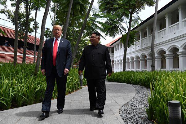 「商業內幕」11月18日發文說,雖然中共對外宣稱支持美朝尋求半島問題的政治解決,但很多專家認為,中共實則擔心美朝的成功談判可能會使北韓倒向美國,中共在北韓的地位被削弱,並可能在家門口出現一個親美的統一半島。圖為美朝元首6月12日在新加坡會面。(AFP PHOTO / SAUL LOEB)