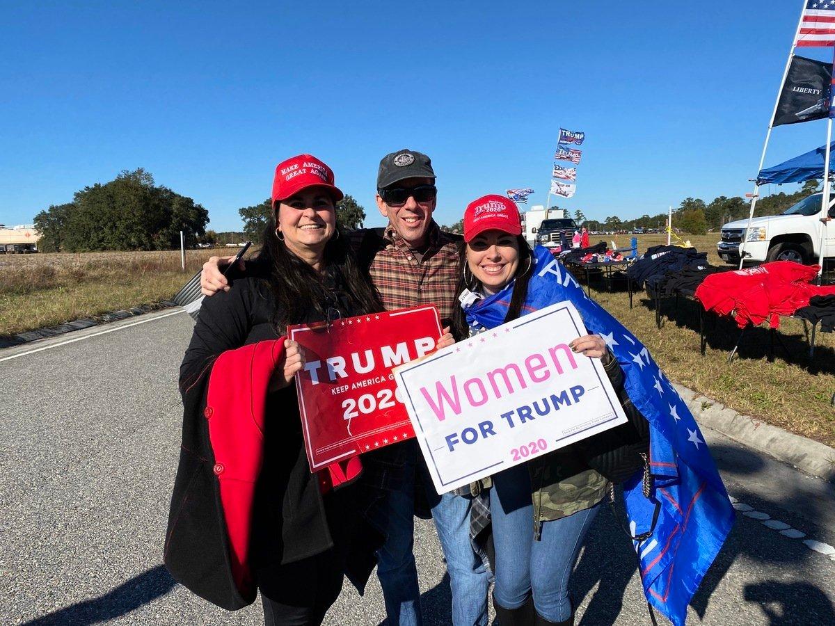 佐治亞州古巴人Gladys Keyverse和朋友到Valdosta機場支持特朗普總統。(黃小堂/大紀元)