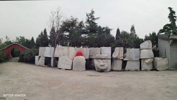 2018年10月1日,河南省滎陽市民族宗教事務委員會以「違章建築」為由,勒令7天內拆除老君堂村18米高的「老子造像」。下圖是塑像被肢解後的一個個石塊。(寒冬雜誌https://zh.bitterwinter.org/)