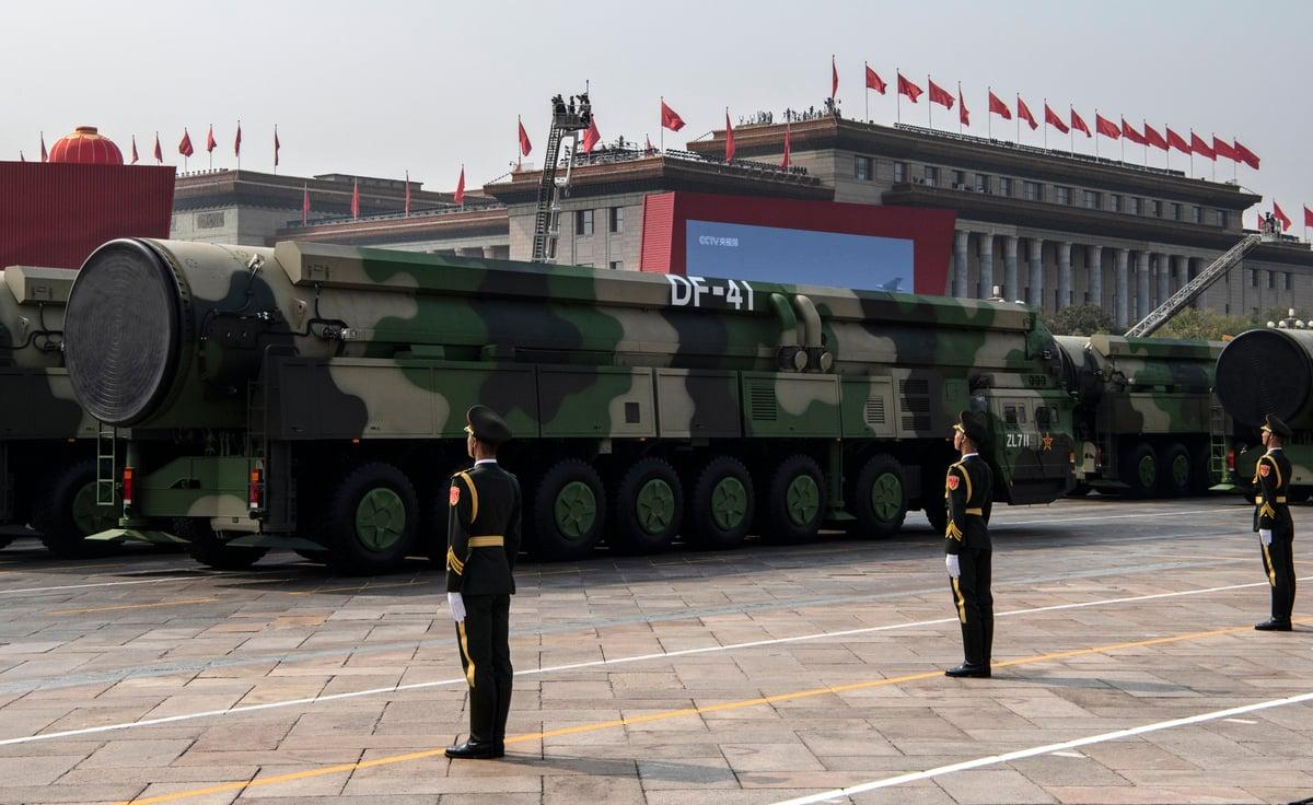 2019年10月1日,中共在天安門廣場的閱兵中展示了最新型的東風-41洲際彈道導彈。(Kevin Frayer/Getty Images)