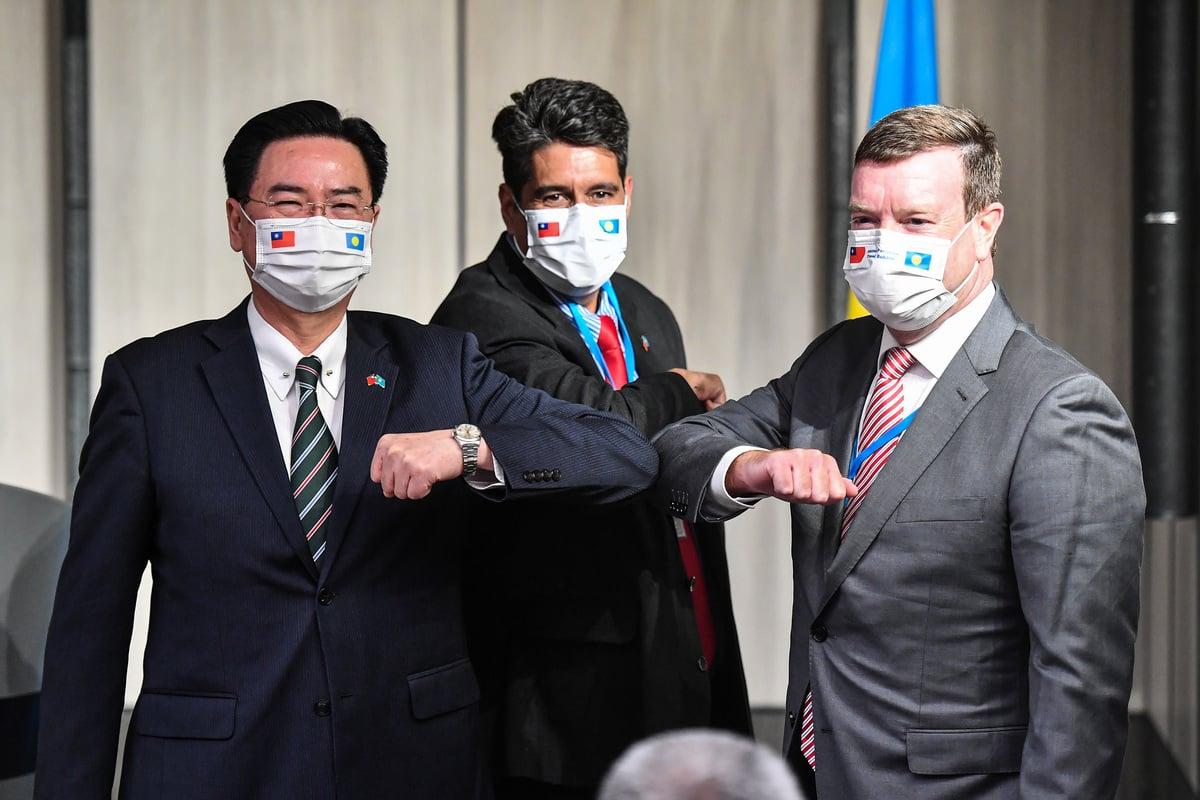 帛琉總統惠恕仁(Surangel Whipps Jr.)(中)29日晚間與外交部長吳釗燮(左)共同舉行國際記者會,美國駐帛琉大使亨尼西尼蘭(John Hennessey-Niland)(右)也出席。(中央社)