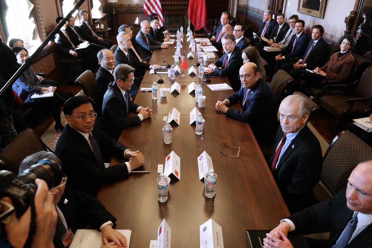 分析人士認為,特朗普政府仍會維持關稅措施,作為制衡中方履行承諾的政策工具。(Chip Somodevilla/Getty Images)