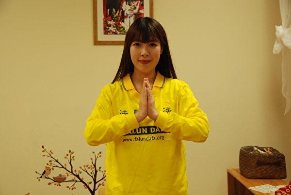 多倫多明慧學校青年教師Moronica Zhao恭祝李洪志師父新年快樂!(伊鈴/大紀元)
