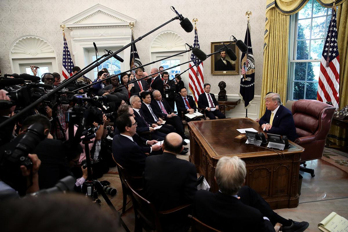 周五(10月11日),中美第13輪高級貿易談判結束,美國總統特朗普在白宮接見中共副總理劉鶴。(Photo by Win McNamee/Getty Images)
