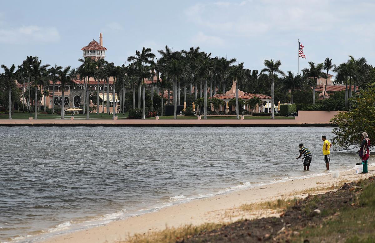 中國女子張玉婧因提著一袋子電子產品闖入特朗普總統的海湖莊園(Mar-a-Lago度假村)被定罪,2019年11月25日,她被判入獄八個月。圖為特朗普度假的海湖莊園。(Joe Raedle/Getty Images)