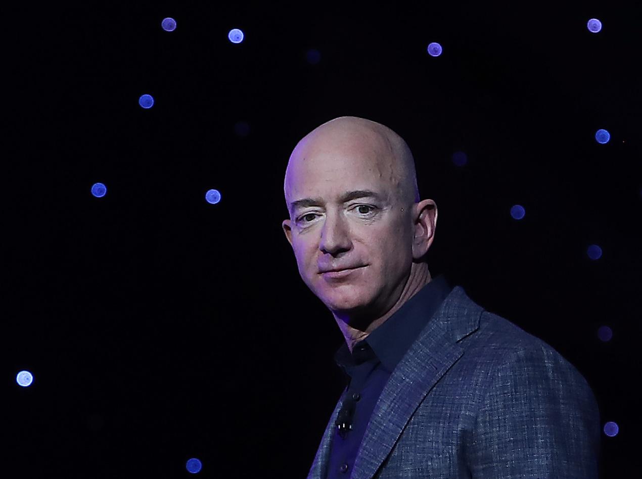 傑夫‧貝佐斯(Jeff Bezos)日前透露了他的「Blue Origin」(藍色起源)太空秘密項目計劃——「太空殖民」。(Mark Wilson/Getty Images)