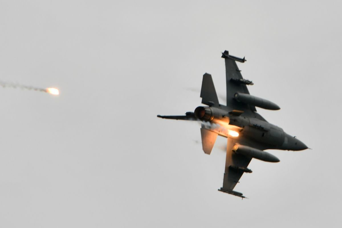 圖為2020年7月16日,台灣空軍的F-16V戰機在漢光演習中發射火焰彈。(SAM YEH/AFP via Getty Images)