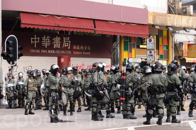 2019年10月12日,香港民眾反緊急法遊行。大量防暴警察在中華書局前駐守。(宋碧龍/大紀元)