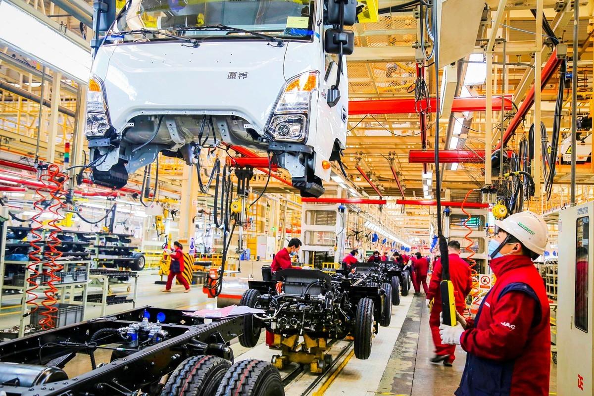 外媒指出,中國經濟的復甦並不平衡,中國最深層的「生產力低弱」問題正逐漸惡化。(STR/AFP via Getty Images)