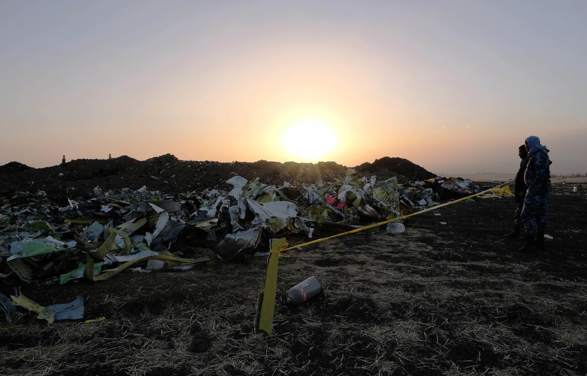 圖為2019年3月11日,法醫調查員和恢復隊在埃塞俄比亞航空公司墜毀的302航班現場蒐集個人物品和其它材料。這架波音737 Max 8航班從亞的斯亞貝巴起飛後6分鐘失事,造成157名乘客和機組人員死亡。(Jemal Countess/Getty Images)