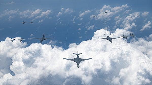2020年8月18日,美國空軍、海軍、海軍陸戰隊和日本空中自衛隊進行了大規模聯合演習,包括4架B-1B轟炸機,2架B-2隱形轟炸機、多架F- 15C戰鬥機和F-35隱形戰機。(美國印太司令部)