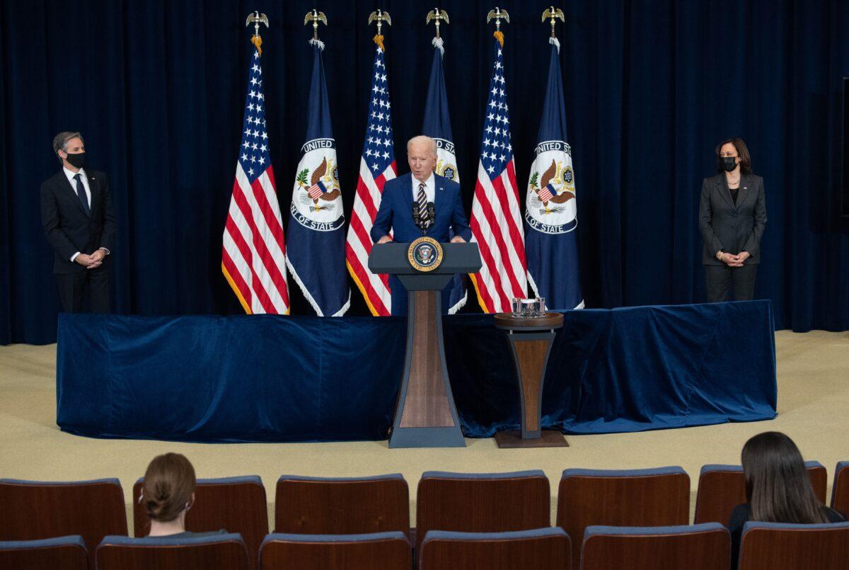 2021年2月4日,首都華盛頓,美國總統祖·拜登首次訪問國務院,在國務卿安東尼·布林肯(左)和副總統賀錦麗(卡瑪拉·哈里斯)陪同下,對國務院工作人員發表講話。(Saul Loeb/AFP via Getty Images)