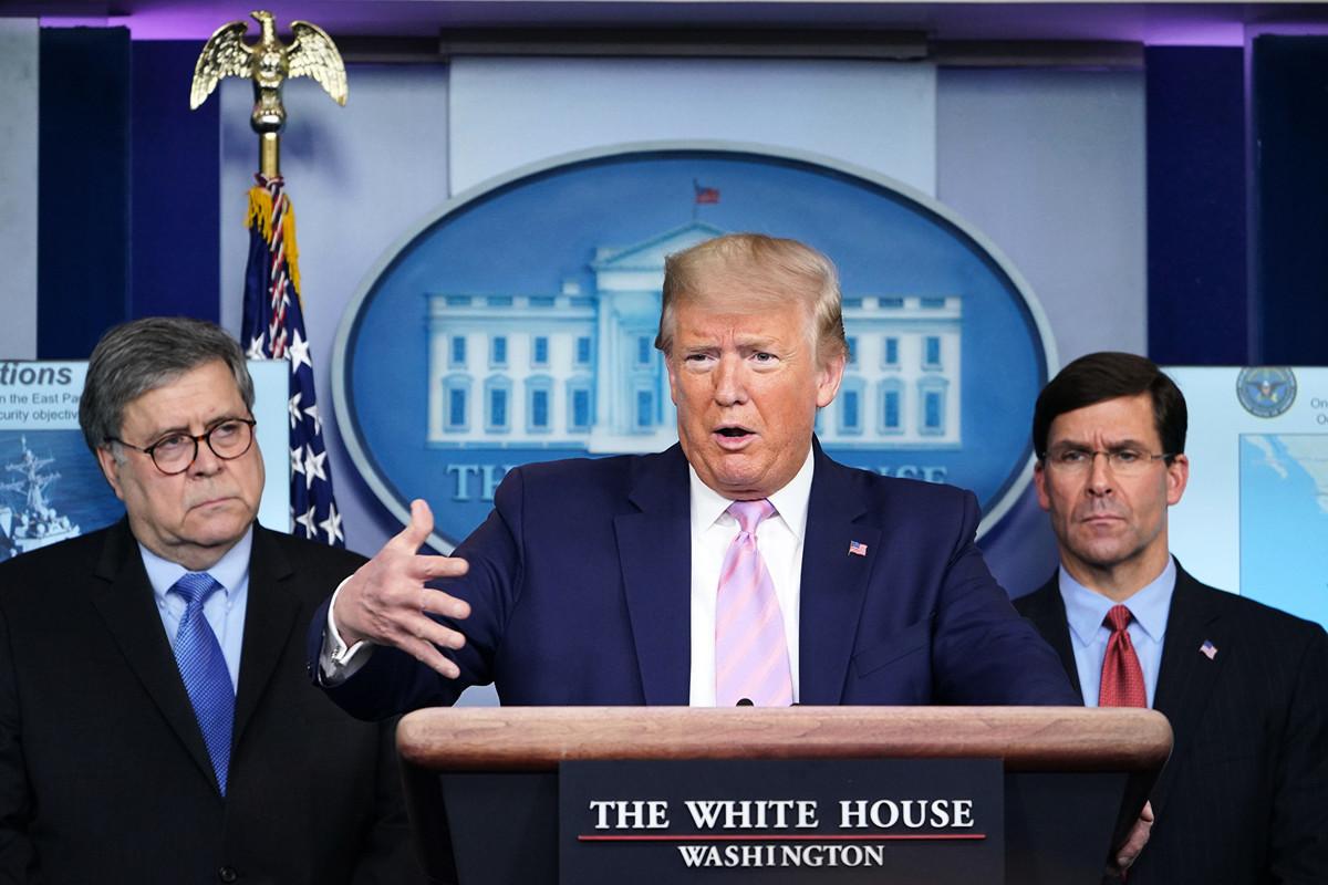 美國總統特朗普在2020年4月1日在華盛頓特區白宮佈雷迪簡報室舉行的關於中共病毒的每日簡報會上發表講話。總統兩側的是國防部長馬克·埃斯珀(右)和美國司法部長威廉·巴爾(左)。(Photo by MANDEL NGAN / AFP)