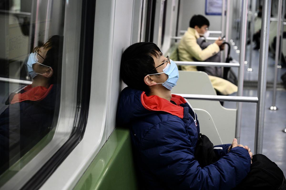 中共病毒(俗稱武漢病毒、新冠病毒)的爆發衝擊中國經濟,如果疫情在短期內未緩解,許多企業最多只能撐幾個星期。對於中共當局提出的應急措施,中小企業主抱怨無濟於事。圖為2月14日在上海地鐵車廂內乘客稀少。(Photo by NOEL CELIS/AFP)