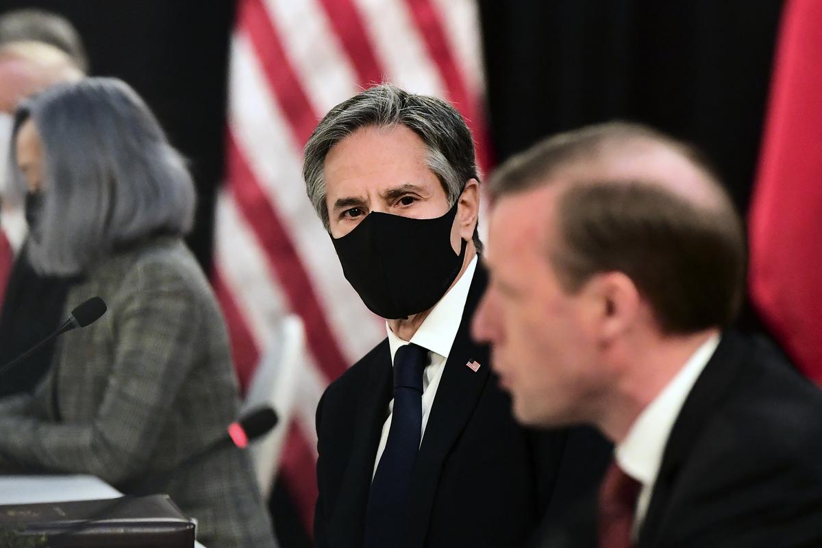 2021年3月18日,美國國務卿安東尼‧布林肯(Antony Blinken)和國家安全顧問傑克‧沙利文(Jake Sullivan)在阿拉斯加會晤中共最高外交官楊潔篪和外交部長王毅。布林肯和楊潔篪公開交鋒,互不相讓。(Frederic J. BROWN/POOL/AFP)