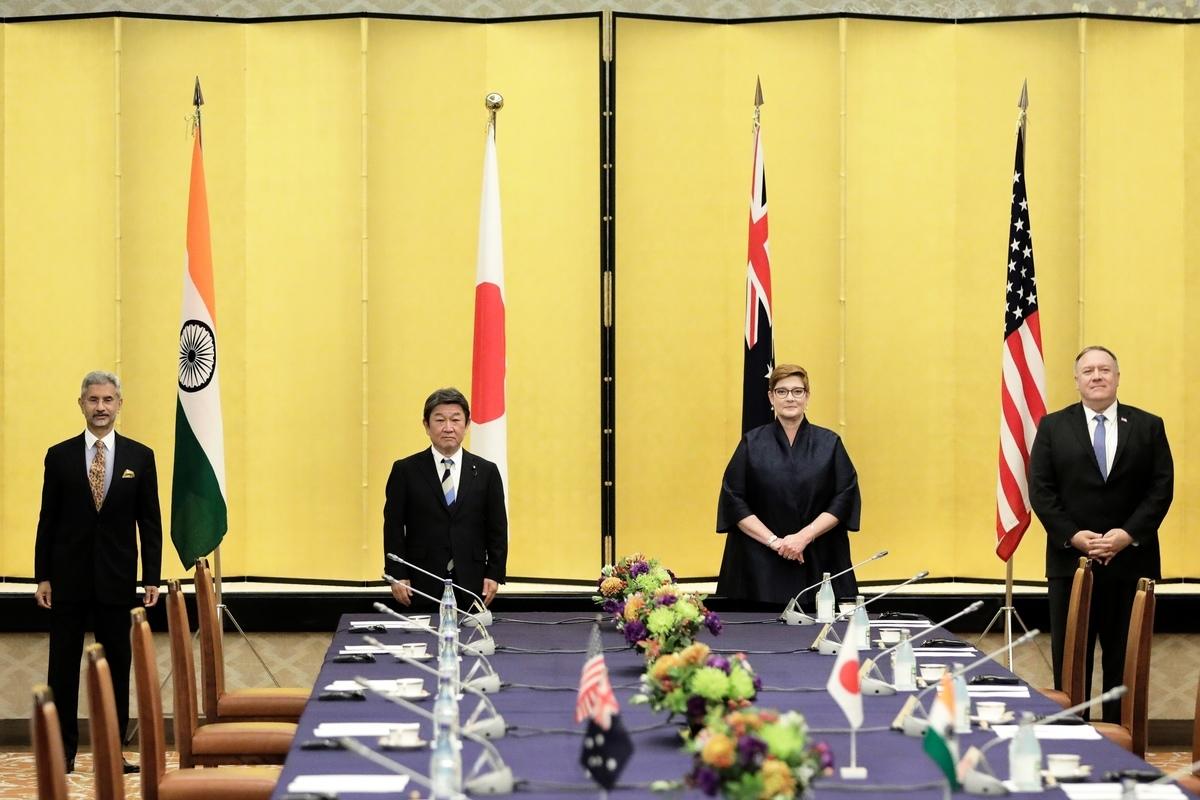 美國高級外交官2020年10月24日表示,四方同盟可能會擴大。圖為10月6日,美國國務卿蓬佩奧在日本參加「四方同盟」外長會議。(Kiyoshi Ota/POOL/AFP)