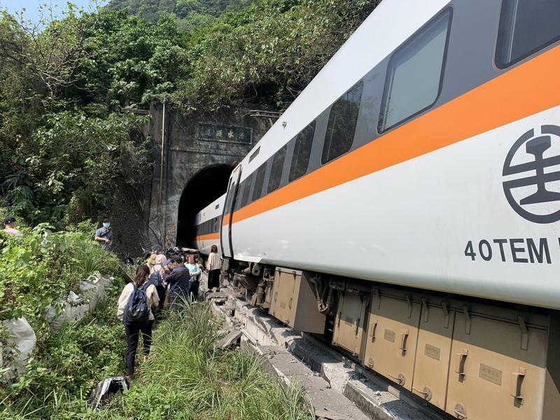 台鐵太魯閣號花蓮遭撞擊出軌 36人無生命徵象