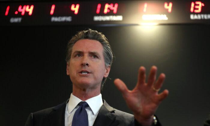 2020年2月27日,加州州長加文‧紐森(Gavin Newsom)在首府薩克拉門托舉行的新聞發佈會上發言。(Justin Sullivan/Getty Images)