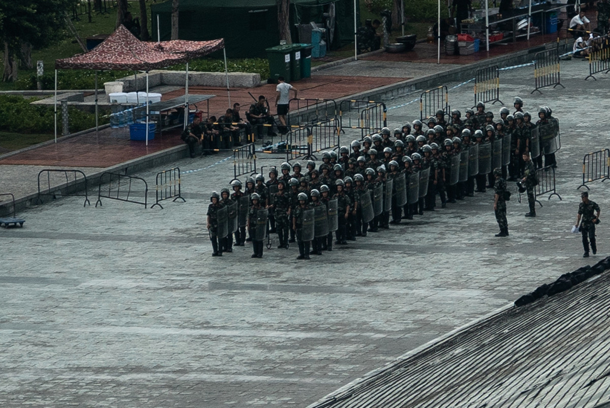 2019年8月16日,中共大批武警在深圳灣體育中心進行鎮暴演習。(STR/AFP/Getty Images)