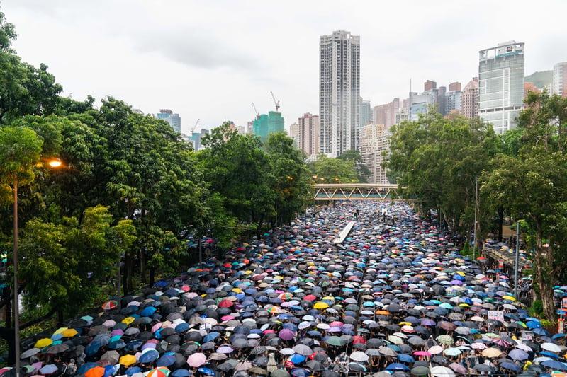 香港反送中抗議活動已進入第11周,8月18日的170萬港人和平上街遊行仍未喚回政府的正常回應,讓更多香港人擔心把資金留在這不安全,加速向外轉移資金。圖為2019年8月18日,香港民眾不斷湧入維園集會現場。(Billy H.C. Kwok/Getty Images)