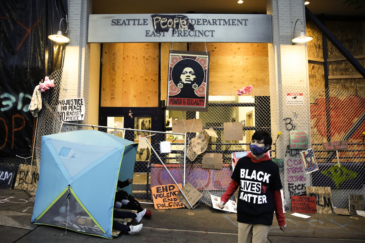 圖:美國共產黨和黑豹黨領袖、激進活動人士安吉拉・戴德偉(Angela Davis)的照片被展示在西雅圖警察局東部份局的入口處上方。該警察分局於6月8日撤出,現在被抗議者形成的一個名為「國會山自治區」(CHAZ)的區域包圍。(JASON REDMOND/AFP via Getty Images)
