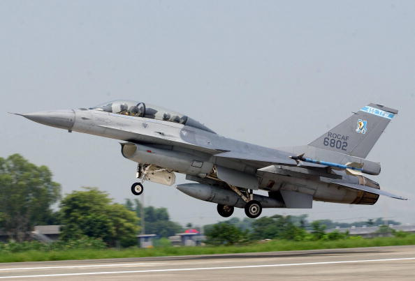 美國武器製造商洛克希德·馬丁獲得10年總價共620億美元的F-16V訂單,其中要提供給台灣的部份已經定案,圖為資料照。(AFP)