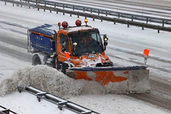 2021年2月8日,德國漢諾威(Hanover),一輛除雪車在A7高速公路上行駛。(MORRIS MAC MATZEN/AFP via Getty Images)
