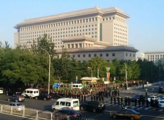10月11日,上萬名退伍士官到中共軍委「八一大樓」請願,要求安置、要求生活保障。(網絡圖片)
