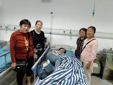訪民到醫院探望鄒茂淑。(受訪者提供)
